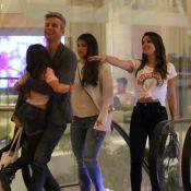 Filha caçula de Flávia Alessandra diverte família em passeio no shopping. Fotos!