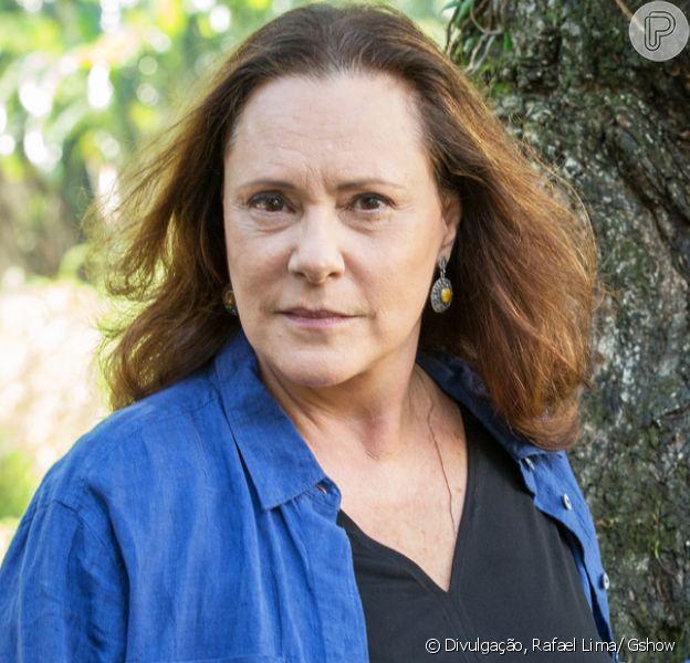 Supostamente morta há anos, Arlete (Elizabeth Savala) aparece viva para tirar Júlio (Thiago Martins), seu filho, da cadeia, na novela 'Pega Pega', em 14 de agosto de 2017