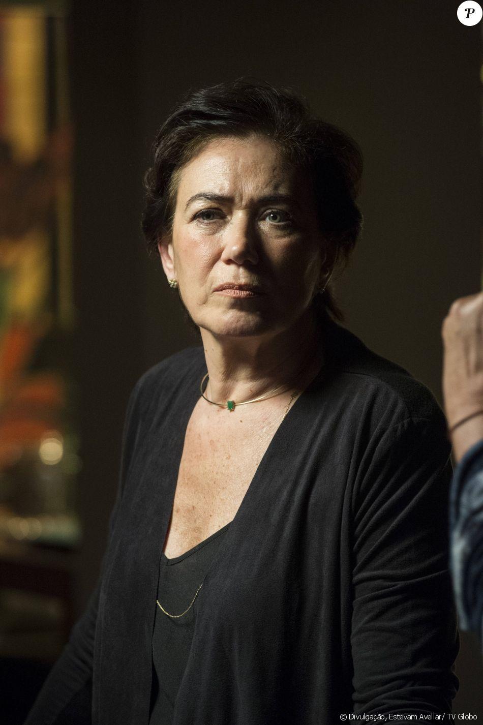 Silvana (Lilia Cabral) compra celular contrabandeado em clínica de reabilitação com cheque furtado da empresa, falsificando assinatura do marido, na novela 'A Força do Querer', em 29 de agosto de 2017