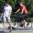 Camila Queiroz e Klebber Toledo se divertem pedalando e andando de skate na orla da Lagoa Rodrigo de Freitas, em maio de 2017