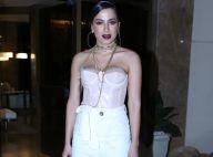 Anitta aposta em sandália de pluma de R$ 130 para festa de Preta Gil. Aos looks!