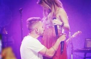 Sandy canta com Junior em show e ganha beijo do irmão na barriga de grávida