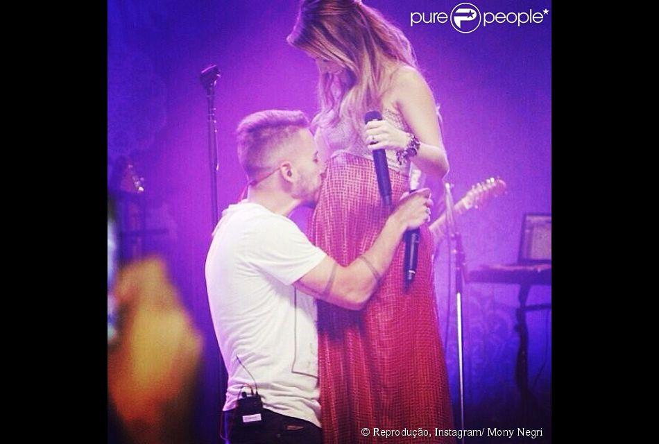 Sandy e Junior cantam juntos a música ' A Lenda' e cantora recebe beijo do irmão na barriga de sete meses, em 12 de abril de 2014