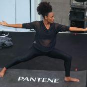 Grávida de 7 meses, Sheron Menezzes mostra flexibilidade em aula de yoga. Fotos!