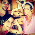 Bruno Gagliasso e Giovanna Ewbank fazem graça com tatuagem de mentira ao lado da promoter Carol Sampaio em Fernando de Noronha