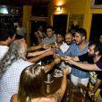 Bruno Gagliasso e amigos brindam o aniversário de 32 anos do ator, em Fernando de Noronha, com brinde de cachaça