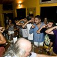 Bruno Gagliasso e seus convidados brindam com cachaça