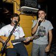 Ricardo Pereira canta na comemoração do aniversário de 32 anos de Bruno Gagliasso em Fernando de Noronha