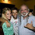 Bruno Gagliasso e Giovanna Ewbank posam com Zé Maria, o dono da pousada onde ocorreu a comemoração
