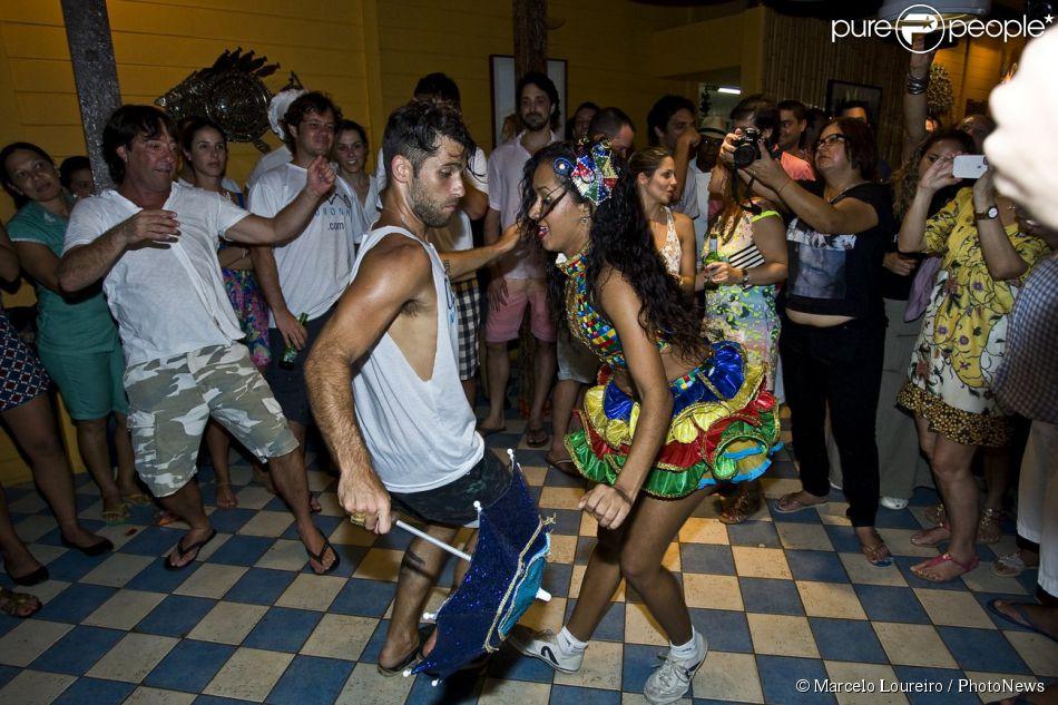Bruno Gagliasso dança frevo na comemoração do aniversário de 32 anos em Fernando de Noronha