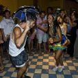 Bruno Gagliasso dança frevo com dançarina na comemoração do seu aniversário de 32 anos em Fernando de Noronha