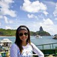 Giovanna Lancellotti posa com camisa do site lançado por Bruno Gagliasso, 'Amo Noronha'