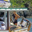 Giovanna Ewbank sorri em barco ao lado de amigos