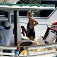 Giovanna Ewbank exibe boa forma em blusa cavada