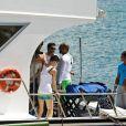 Famosos se dividem em dois barcos para curtir a praia do Sancho, em Noronha