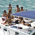 Famosas tomam sol em barco na praia do Sancho