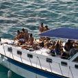 Famosos comemoram aniversário de Bruno Gagliasso com churrasco em barco