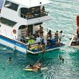 Famosos amigos de Bruno Gagliasso precisaram se dividir em dois barcos para curtir o dia na praia do Sancho, em Noronha