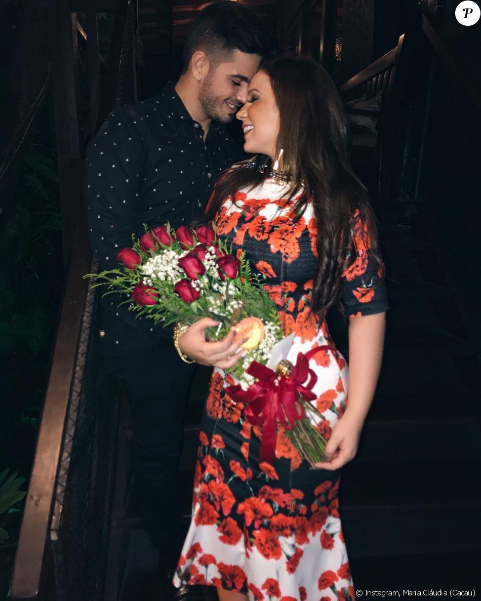 A ex-BBB Cacau ganhou flores do novo namorado no aniversário e compartilhou a foto do casal no Instagram neste sábado, 12 de agosto de 2017