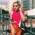 As cores também fazer parte do guarda-roupa de Pabllo Vittar! A artista posou com body rosa Primart, saia alaranjada Viviane Furrier, bomber jacket Farm, brincos  Emar Batalha e bracelete  Hector Albertazzi em julho de 2017