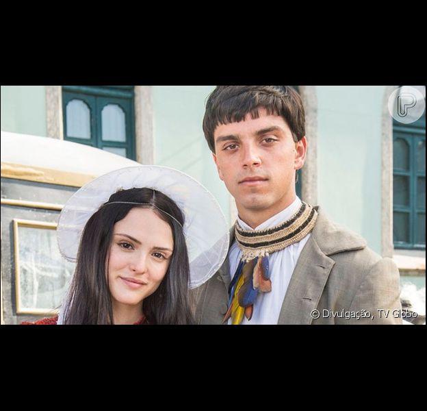 Na novela 'Novo Mundo', Piatã (Rodrigo Simas) conta a Anna (Isabelle Drummond) sobre a visão que teve com seu pai e garante que Sir Millman (Ney Latorraca) está vivo
