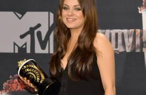 Mila Kunis aparece pela primeira vez com barriga de grávida em premiação