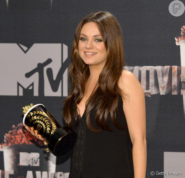 Mila Kunis mostrou os primeiros sinais de gravidez em uma premiação nos Estados Unidos