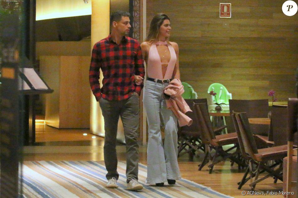 Mariana Goldfarb apostou em superdecote para programa a dois com o namorado, Cauã Reymond, na noite desta quarta-feira, 16 de agosto de 2017
