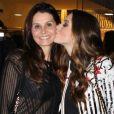Giovanna Lancellotti mostra semelhança e dá beijo na mãe, Giuliana, no teatro Santander, em São Paulo, na noite desta quarta-feira, 16 de agosto de 2017