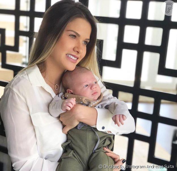 Após tatuar nome do filho Gabriel, Andressa Suita tranquilizou os fãs pelo fato de ainda estar amamentando o pequeno nesta quinta-feira, 17 de agosto de 2017