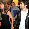 Maria Ribeiro e Caio Blat chegaram de mãos dadas à première de filme, no Festival de Cinema de Gramado, no Rio Grande do Sul