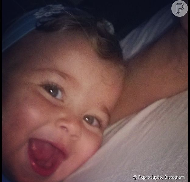 Debby Lagranha posta foto da filha, Maria Eduarda, e a semelhança entre as duas chama atenção. A imagem foi postada nesta quarta-feira, 16 de abril de 2014