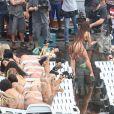 No clipe, Anitta dançou cercada de modelos que simulavam um bronzeamento na laje