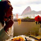 Juliana Paes se delicia com macarrão e salsicha em comunidade do RJ: 'Almojanta'