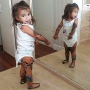 Deborah Secco diverte web com foto de Maria Flor suja de tinta: 'Pintou o sete'