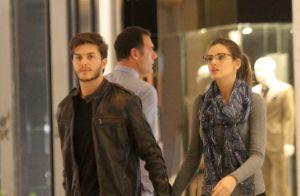 Camila Queiroz anda de skate e o noivo, Klebber Toledo, a elogia: 'Representa'