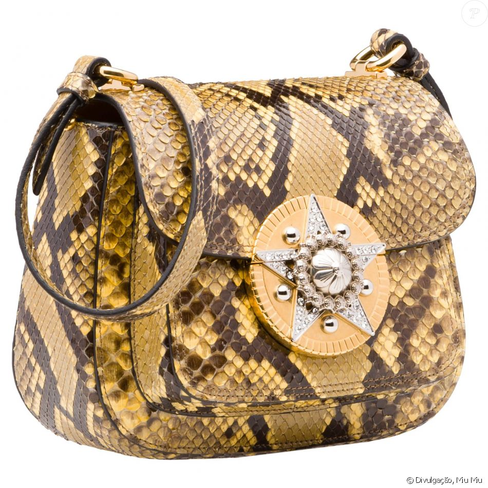 6769bb3708a0c Para complementar o look, Isabella Santoni usou bolsa phyton Miu Miu, com  cristais Swarovski aplicados a mão. A peça custa € 2.900, o equivalente a  R  ...