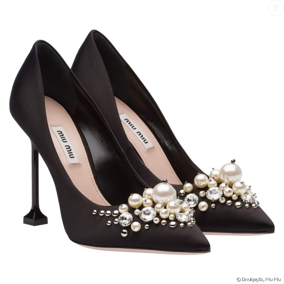 Marina Moschen apostou em elegantes scarpins Miu Miu, de cetim com  aplicações de pérolas, no valor de € 750, aproximadamente R  2800 6db76a8116