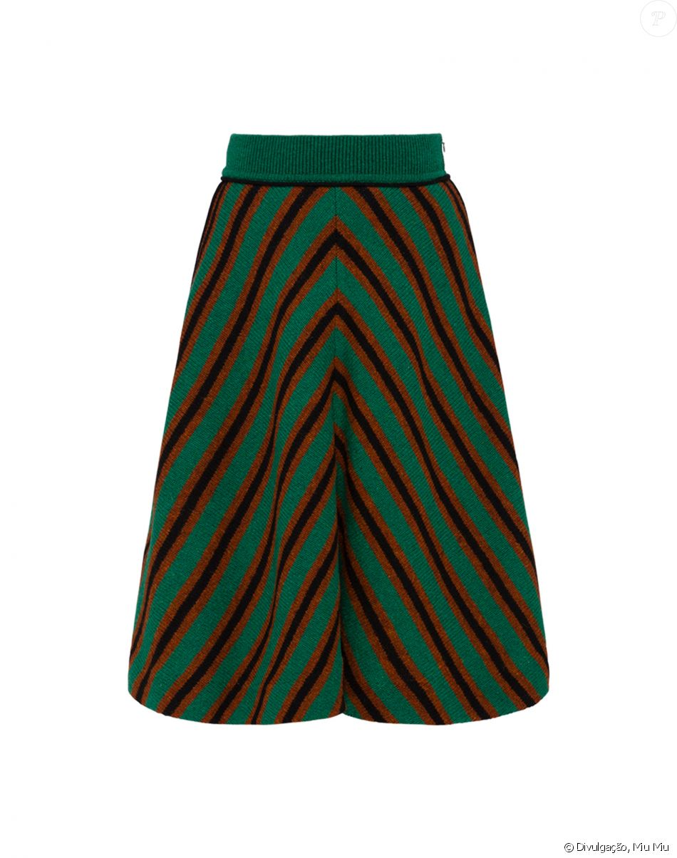 Assim como o cardigan, a saia listrada Miu Miu de Isabella Santoni é feita  de lã e custa € 790, ou R  2.950 42738995bc