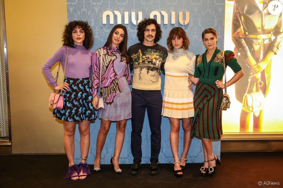 Julia Konrad, Marina Moschen, Gabriel Leone, Carla Salle e Isabella Santoni  se encontraram na reabertura da loja da grife Miu Miu no shopping JK  Iguatemi, ... 49f6bcb740
