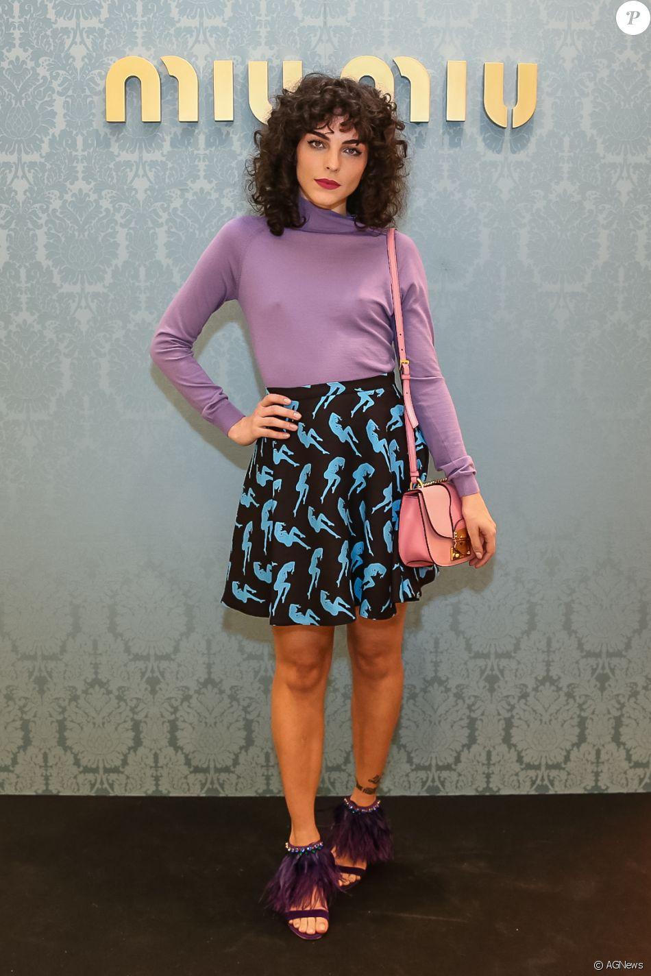 Julia Konrad combinou blusa lilás com sandálias roxas com penas na  reabertura da loja da grife dfb5add0cf