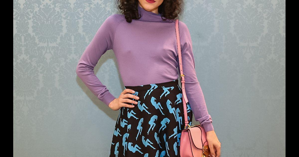Julia Konrad combinou blusa lilás com sandálias roxas com penas na  reabertura da loja da grife Miu Miu no shopping JK Iguatemi, em São Paulo,  ... e4986d1cb5
