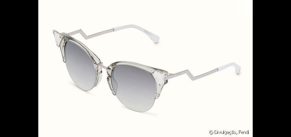 655f823258f67 Os óculos gatinho são da grife italiana Fendi, modelo Iridia, e no site  internacional da marca estão à venda por € 400, aproximadamente R  1.500