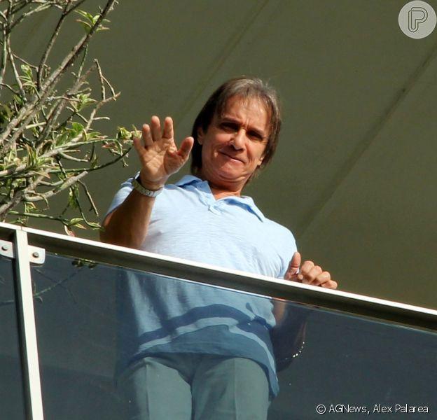 Roberto Carlos completa 73 anos neste sábado, 19 de abril de 2014, e acena para fãs da sacada do seu apartamento, na Urca, Zona Sul do Rio de Janeiro