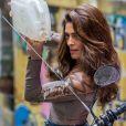 Bibi (Juliana Paes) incendeia a moto de subalterno de Rubinho (Emilio Dantas) e exibe mangas trabalhadas de body