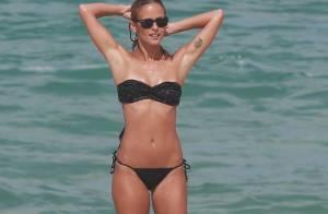 Fernanda de Freitas usa biquíni de lacinho e mostra boa forma em praia do Rio