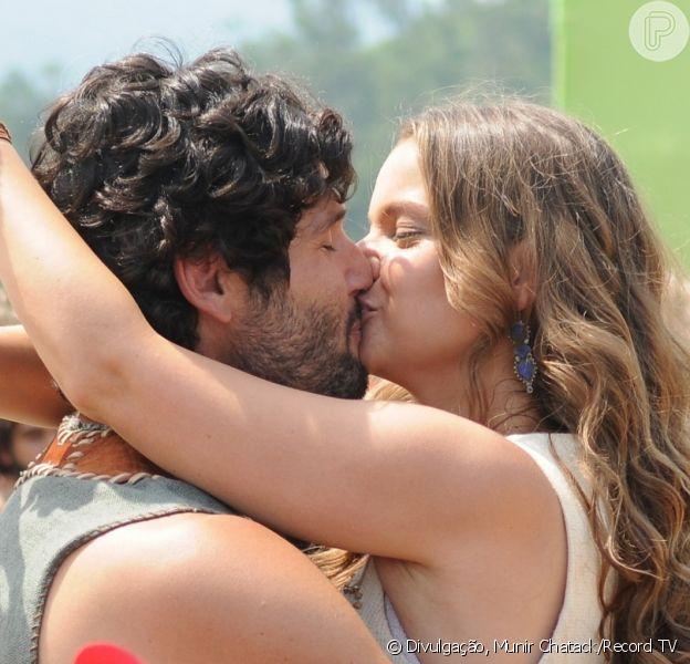 Asher (Dudu Azevedo) e Joana (Milena Toscano) se beijam quando se encontram após a jovem fugir do casamento com Zac (Igor Rickli), no capítulo de quarta-feira, 13 de setembro de 2017, da novela 'O Rico e Lázaro'