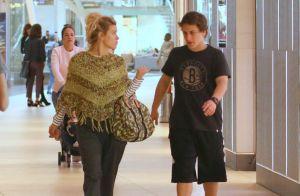Carolina Dieckmann passeia com filho Davi e semelhança dele com pai impressiona