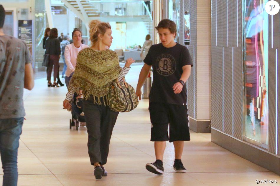Carolina Dieckmann passeia com filho Davi, e semelhança dele com pai impressiona, nesta sexta-feira, dia 01 de setembro de 2017