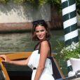Ao chegar em Veneza, Bruna Marquezine foi cercada por fotógrafos